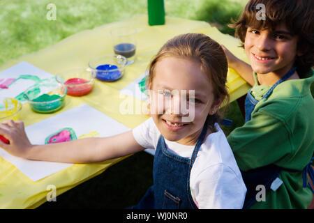 Kinder malen außerhalb Stockfoto