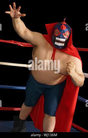 Foto eines mexikanischen Wrestler oder Luchador stehend in einem Wrestling Ring. - Stockfoto