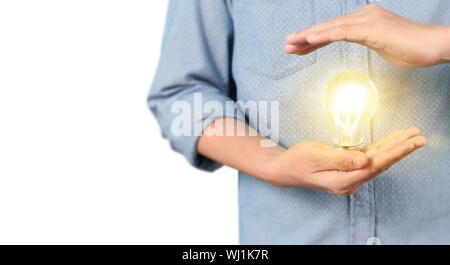 Hand leuchtet die Glühbirne, Idee, Innovation und Inspiration Konzept - Stockfoto