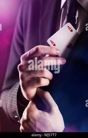Der Magier mit Ass-Karte unter der Jacke versteckt - Stockfoto