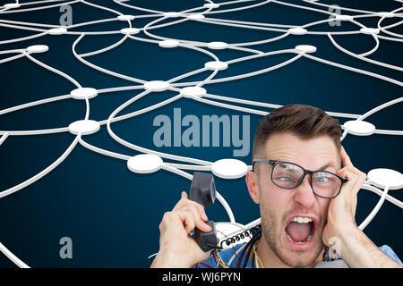 Zusammengesetztes Bild Portrait frustriert Computer-Ingenieur schreien während bei Anruf vor der offenen cpu - Stockfoto