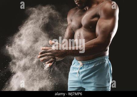 Starke schwarze Athleten bereit für Ausbildung - Stockfoto