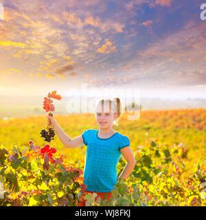 Junge Blondine glücklich Herbst Weinberg Feld halten rote Blatt Trauben Bündel in der hand - Stockfoto