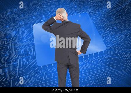 Zusammengesetztes Bild der Heckansicht des zweifelhaften reifer Geschäftsmann - Stockfoto