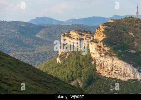 Sandsteinfelsen und grünen Wald von Cap Canaille, Falaises Soubeyranes, spektakuläre Wanderungen neben dramatischen Klippen - Stockfoto