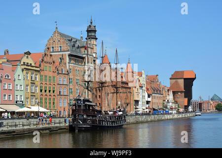 Stadtbild von Danzig am Fluss Mottlau mit alten Segelschiff und Kran Gate - Polen. - Stockfoto