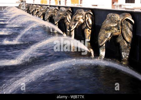 Elefanten Zimmerbrunnen an religiöser Ort der Anbetung, BAPS Swaminarayan Sanstha Hindu-Mandir-Tempel aus Marmor in Lilburn, Atlanta. - Stockfoto