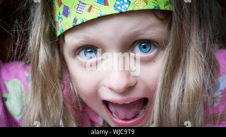 Close-up Portrait von überrascht Mädchen mit blauen Augen - Stockfoto