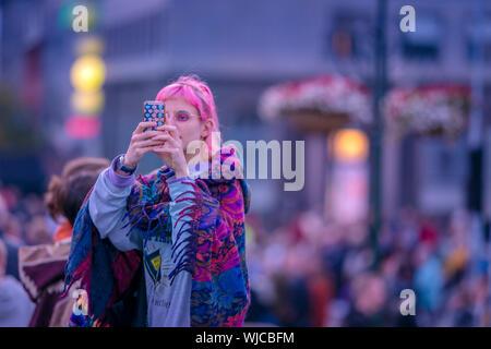 Mädchen nehmen ein Bild mit einem Smart Phone, Menningarnott oder kulturellen Tag, Reykjavik, Island. - Stockfoto