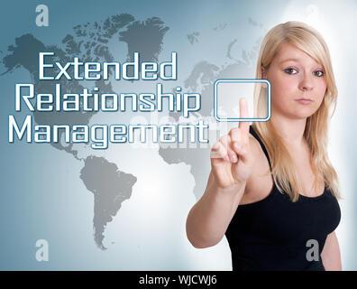 """Junge Frau Presse Digital Extended Relationship Management"""" auf der Schnittstelle vor ihr - Stockfoto"""