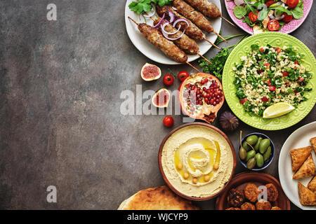 Arabisch und im Nahen und Mittleren Osten. Hummus, tabbouleh Salat, Fattoush Salat, Pita, Fleisch Döner, Falafel, Baklava, Granatapfel. Satz von Arabischen dishe