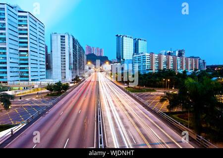 Lichtspuren auf der Autobahn in Hong Kong - Stockfoto