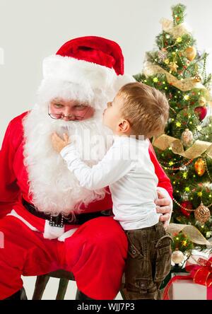 Santa Claus und kleinen Jungen. Weihnachts-Szene - Stockfoto