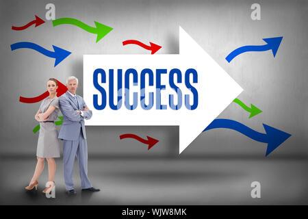 Das Wort Erfolg und ernsthaften Geschäftsmann Rücken mit einer Frau gegen Pfeile zeigen zurück - Stockfoto