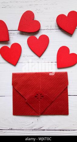 Rotes Herz Form und Umschlag auf Tabelle - Stockfoto
