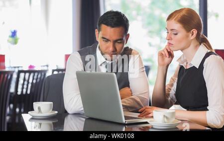Business-Team arbeitet zusammen in einem café - Stockfoto