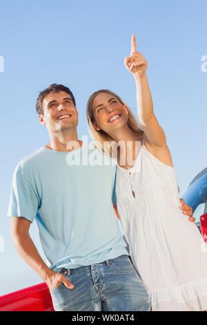 Glückliche Frau etwas zu ihrem hübschen Freund zeigen - Stockfoto