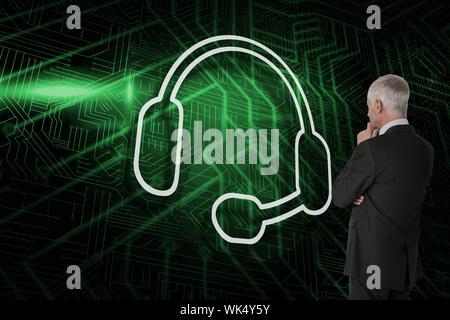 Das zusammengesetzte Bild im Headset mit Geschäftsmann auf der Suche gegen grüne und schwarze Platine - Stockfoto