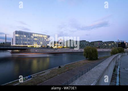 Das Museum Futurium und White House von PricewaterhouseCoopers GmbH Wirtschaftsprüfungsgesellschaft auf die Kapelle Bank in Berlin, Deutschland - Stockfoto