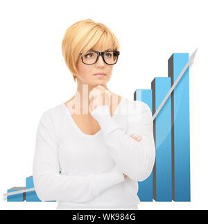 helles Bild der nachdenkliche Geschäftsfrau mit bunten 3D-Grafiken - Stockfoto