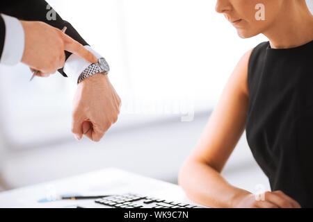Bild von Chef und Arbeitnehmer bei der Arbeit mit Konflikt - Stockfoto