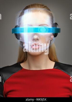 attraktive Frau mit digitalen Brille - Stockfoto
