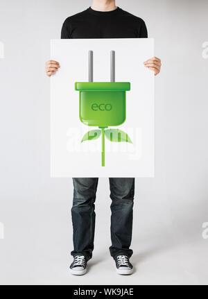 Hände halten Bild von grünen Electrica Ecol Stecker - Stockfoto