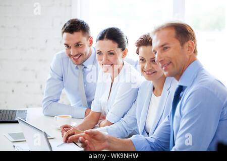 Business-Team mit Treffen in Büro - Stockfoto