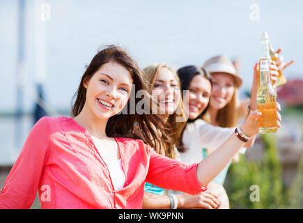 Mädchen mit Getränke am Strand - Stockfoto