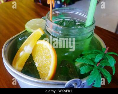 Mason Jar Mojito Cocktail in Ice Bucket Stockfoto