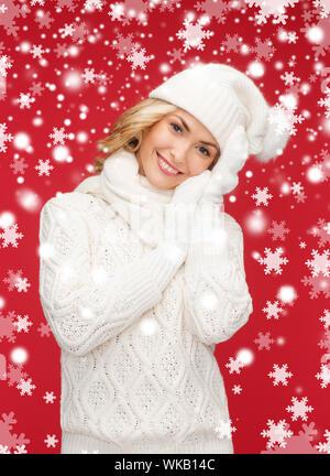 Winter, Menschen, Glück Konzept - Frau Mütze, Schal und Handschuhe - Stockfoto