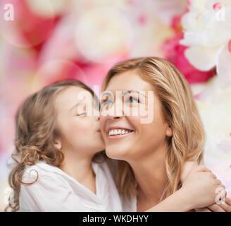 Lächelnde Mutter und Tochter umarmt - Stockfoto