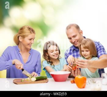 glückliche Familie mit zwei Kindern machen Abendessen zu Hause - Stockfoto