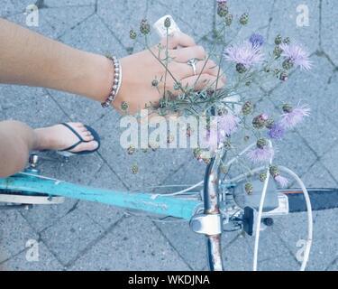 Niedrige Abschnitt von Frau Reiten Fahrrad - Stockfoto
