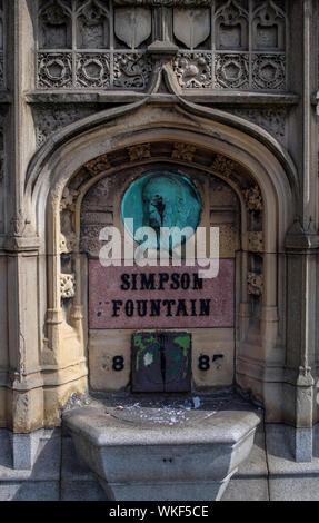 Simpson Brunnen, errichtet im Jahre 1887 im Speicher der barmherzigen lokaler Bewohner William Simpson, dem Heiligen Nikolaus und Maria Kirche, Liverpool, Großbritannien. - Stockfoto