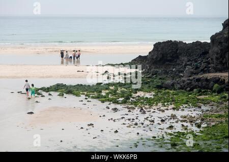 Malerischer Blick auf Hamdeok Strand gegen den klaren Himmel auf der Insel Jeju - Stockfoto