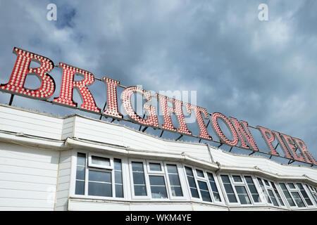 Low Angle View der Brighton Palace Pier Zeichen in East Sussex England UK KATHY DEWITT