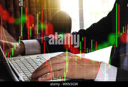Doppelt belichtete Bild der Geschäftsmann mit Laptop und Börsendaten - Stockfoto