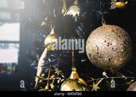 In der Nähe von Weihnachtsschmuck hängen am Baum bei Nacht - Stockfoto