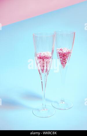 Bunten Süßigkeiten Gitterboxen sollten in ein Champagnerglas - Stockfoto