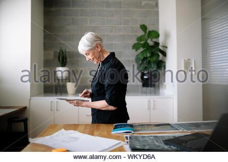 Kreative weibliche Senior Designer mit digitalen Tablette im Büro - Stockfoto