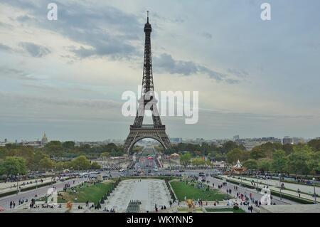 PARIS, Frankreich - 6 Oct 2018 - Gebaut für die 1889 World Fair, das Bügeleisen Tour Eiffel Turm ist das Wahrzeichen von Paris. - Stockfoto