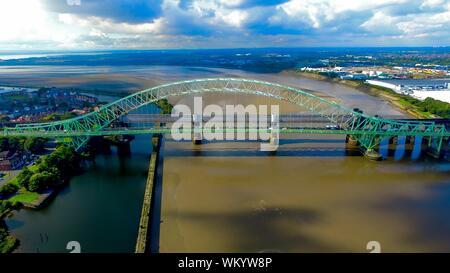 Hohe Betrachtungswinkel von Silver Jubilee Brücke über den Fluss an einem sonnigen Tag - Stockfoto