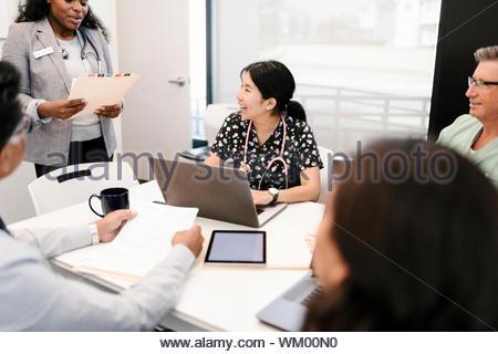 Ärzte, Krankenschwester und Administrator treffen in Klinik - Stockfoto