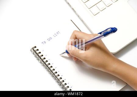 Frau Hand schreiben mit Stift auf Notebook schreiben, zu Wort und Laptop auf weißem Hintergrund - Stockfoto