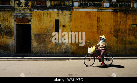Frau Reiten Fahrrad in der Stadt - Stockfoto