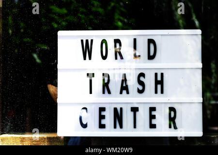 Ökologie Konzept. Welt Papierkorb Zentrum schreiben auf Vintage Style lightbox in einem Schaufenster. Null Abfall. - Stockfoto
