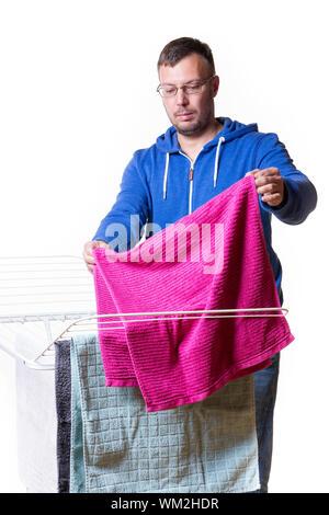Mann, Hausarbeit und Zusammenstellung der Wäsche - Stockfoto