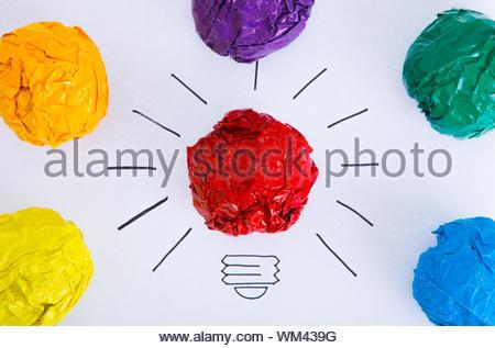Inspiration Konzept zerknittertes Papier Farbe Glühbirne Metapher für die gute Idee. - Stockfoto