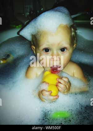 Close-up Baby in der Badewanne - Stockfoto
